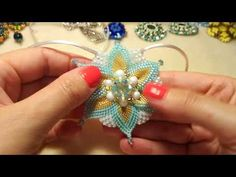 Necklace Tutorial, Earring Tutorial, Tiny Stud Earrings, Seed Bead Earrings, Beaded Jewelry Patterns, Beading Patterns, Diy Jewellery Designs, Diy Jewelry Inspiration, Beaded Brooch