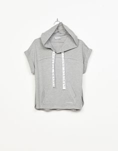 Sport T-shirt with hood and printed lace. Discover this and many more items in Bershka with new products every week
