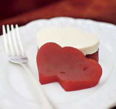 Outra opção simples, mas graciosa: o tradicional Romeu e Julieta vira um doce surpresa com o queijo e a goiabada cortados em forma de coração
