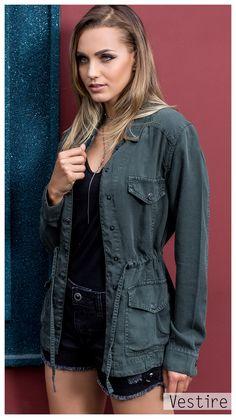 Campanha: Inverno 18. Tendencia. Denim. Jeans. Vestire Jeans. Moda Feminina. Jeans Feminino. Parka Verde Militar. Parka Jeans, Denim Jeans, Looks Plus Size, All Star, All Black, Body, Ideias Fashion, Military Jacket, Bring It On