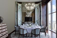 The Langham, Haikou features exceptional facilities and waterfront views. Chinese Restaurant, Restaurant Design, Restaurant Bar, Dining Room Design, Dining Area, Dining Rooms, Modern Chinese Interior, Haikou, Classic Dining Room