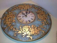 Купить или заказать Настенные часы Бирюза в интернет-магазине на Ярмарке Мастеров. Настенные часы, деревянные, имитация бирюзы (голубой), золочение поталью ('сусальное золото'), состаривание. Эксклюзивная, авторская техника. Диаметр 40 см, диаметр циферблата 16 см. Настенные часы, можно использовать, как настольные. Назвала часы 'Бирюза' и сразу вспомнила сонет Шекспира На что мне звезды ночью черной? На что мне утра бирюза? Я всем светилам предпочел бы Твои глаза.