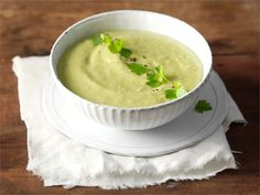 Avokado ei pidä kuumentamisesta, joten älä keitä keittoa enää avokadon lisäämisen jälkeen.