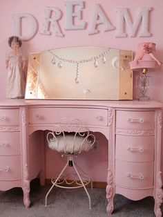 Vintage pink dresser in baby girl room Simply shabby chic. Brooklyn had the dream in her baby room Baños Shabby Chic, Simply Shabby Chic, Shabby Chic Bedrooms, Shabby Chic Vanity, Commode Rose, Pink Dresser, Pink Desk, Pink Vanity, Dresser Vanity