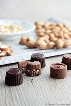 Erdnuss-Karamell-Pralinen Chocolate Caramels, Chocolate Truffles, Chocolate Desserts, Candy Recipes, Sweet Recipes, Peanut Cookies, Like Chocolate, Snacks, Creative Food