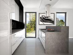 Pomysł na biała kuchnia z wyspą kuchenną, okap wyspowy