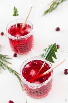 Christmas cranberry gin and tonic - aperitif for the Christmas menu - Christmas Cranberry Gin Tonic – a great Christmas drink and aperitif for Christmas dinner - Thanksgiving Drinks, Thanksgiving Appetizers, Christmas Appetizers, Christmas Drinks, Juicer Recipes, Snacks Für Party, Gin And Tonic, Tonic Water, Food And Drink