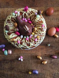 Ce joli nid est en fait un marbré de Pâques au café ! Simplissime à faire, il plaira assurément à toute la famille. Décorez-le selon vos goûts ! Easter Cake Easy, Easter Celebration, Christmas Cooking, Holiday Desserts, Happy Easter, Doughnut, Cake Recipes, Biscuits, Pudding