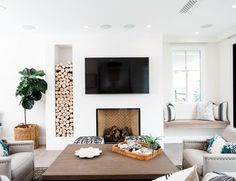 11 Chic Wall Niches That Create Bonus Square Footage - - These wall niches will help open up space in your place and give you a chance to do everything from displaying art to making a sleeping nook. Tiny Home Office, Small Home Offices, Home Library Design, Office Interior Design, Modern Tiny House, Mid-century Modern, Contemporary, Wall Nook, Sleeping Nook