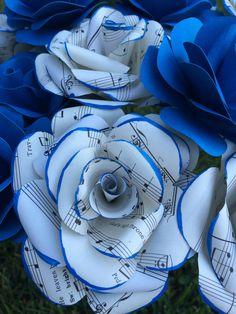 Flores de papel hechas a mano con música repurposed por PapersBloom
