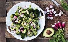 Broccoli-salat med radiser og avocado