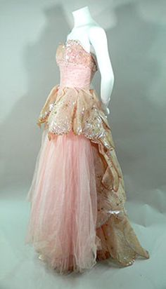 Dior 'Venus' strapless pink ball gown - 1949 - Embellished with sequins - Mlle the rose petal pink and the butterfly like gold train would most definitely be a look for Titania Vintage Dior, Vintage Gowns, Vintage Couture, Vintage Mode, Vintage Beauty, 1940s Fashion, Vintage Fashion, Trendy Fashion, Ball Dresses