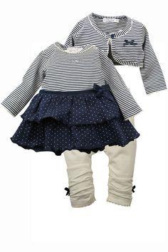 Meisjes gestreept kleding setje van het merk Dirkje. Dit is een blauw gestreept kleedje met een ronde hals en een lange mouw. Met een creme witte legging, afgewerkt met een blauw strikje. Er zit bij dit setje ook een gestreept bolero vestje,