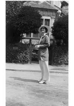 Gabrielle 'Coco' Chanel - 1913 - Resort Town of Deauville - Photo: Courtesy of Chanel The look - trouser suits, androgynous, pearls, big cuffs Style Coco Chanel, Coco Chanel Mode, Chanel Nº 5, Mademoiselle Coco Chanel, Perfume Chanel, Coco Chanel Fashion, Chanel Brand, Vintage Chanel, Fashion 1920s