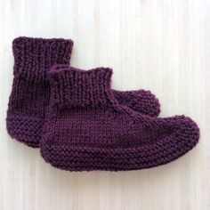 Adults knitted slippers - free pattern - Tutorial - These are the perfect slippers to cosy up with a good book or watching a movie. Knit Or Crochet, Free Crochet, Crochet Baby, Crochet Shawl, Knitted Booties, Knit Boots, Knitting Patterns Free, Free Knitting, Knit Slippers Free Pattern