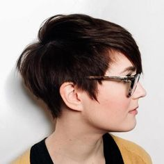 Edgy Pixie Haircut - short hair cuts for round faces Edgy Pixie Haircuts, Pixie Haircut For Round Faces, Short Hair Cuts For Round Faces, Cute Short Haircuts, Round Face Haircuts, Hairstyles For Round Faces, Hairstyles Haircuts, Undercut On Short Hair, Pixie Cut With Undercut