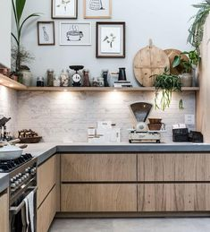 Een open keuken met fotolijsten en spotjes An open kitchen with photo frames and spots Home Kitchens, Rustic Kitchen, Kitchen Remodel, Kitchen Inspirations, Kitchen Decor, Modern Kitchen, Kitchen Colors, Kitchen Interior, Interior Design Kitchen