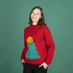 Ho, ho ho! Älskar du julen lika mycket som vi gör? Då måste du nästan sticka denna fina jultröja. Tröjan är stickad i våra härliga garner Malaga och Mohair Delight. Den fina julgranen stickas med gobelängstickning, så denna tröja är för den erfarna stickaren. Stickfasthet 17 maskor och 24 varv på 10 cm på sticka 5.0 mm i slätstickning. Mycket nöje! #hobbiidesign #hobbiijensine #hobbiimalaga #hobbiimohairdelight Easy Knitting Patterns, Free Knitting, Sweater Patterns, Crochet Patterns, Malaga, Labor, Circular Needles, Knit Or Crochet, Christmas Sweaters