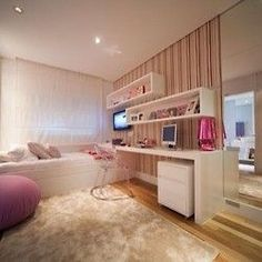 Para as meninas…quarto em tons de rosa e branco! Papel de parede listado da idéia de ser mais amplo, assim como o espelho colocado na lateral…