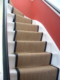 Mooie kleurstelling voor trap Sisal Stair Runner, Stair Runners, 1930s House Renovation, Victorian Hallway, Home Depot Carpet, Cost Of Carpet, Stair Rods, Painted Stairs, Happy House