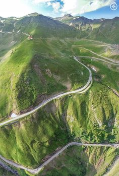 A fantastic road in Europe, Romania that you must not miss! Transfagarasan is the road that connects two historic regions, Transylvania and Wallachia. Sibiu and Pitești cities are thus brought together by this road. Beautiful Roads, Beautiful Places, Tourist Places, Places To Travel, Dangerous Roads, Romania Travel, Countries Of The World, Where To Go, Travel Photos