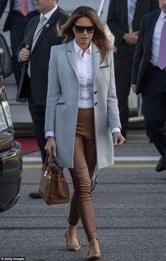Melania Trump trägt ein Gucci-Jackenkleid im Wert von USD in Helsinki Beige Pants Outfit, Leather Pants Outfit, Grey Dress Pants, Jacket Dress, Brown Pants Outfit For Work, Brown Shoes Outfit, Outfits With Brown Pants, Outfit Work, Fashion Clothes