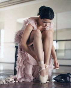 Neve Campbell tying ballet slippers
