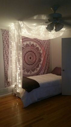 DIY canopy bed with command strips, curtains and wire ornament hooks - Stephanie pictures- DIY-Himmelbett mit Befehlsstreifen, Gardinen und Drahtverzierungshaken – Stephanie Bilder DIY canopy bed with command strips, curtains and … - Cozy Bedroom, Bedroom Decor, Bedroom Ideas, Fairylights Bedroom, Modern Bedroom, Lighting Ideas Bedroom, Trendy Bedroom, Bedroom Inspo, Tumblr Bedroom
