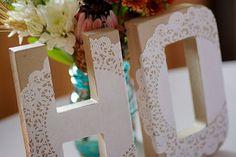 Que tal decorar a mesa da sua festa de aniversário ou casamento com charmosas letras de mdf decoradas com toalhas rendadas de papel?