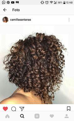Chanel de bico- cabelo cacheado.. Dyed Curly Hair, Colored Curly Hair, Curly Hair Tips, Short Curly Hair, Mom Hairstyles, Curled Hairstyles, Curly Hair Styles Easy, Short Hair Styles, Highlights Curly Hair