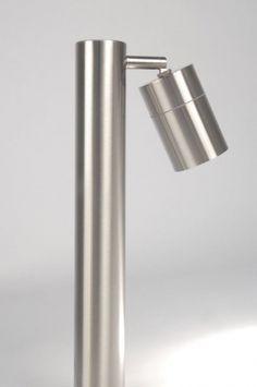 Artikel 70045 Een staande buitenlamp met een verstelbare en kantelbare spot. Het spotje wordt afgesloten door een helder glaasje met een mat randje. De staande lamp heeft een ronde platte voet. Afdichtingsklasse: IP44  Geschikt voor 1x max. 35 Watt GU10 230V halogeen (incl.) Deze lamp heeft een GU10-aansluiting en kan dus ook prima gebruikt worden met vervangbare LED-spots.