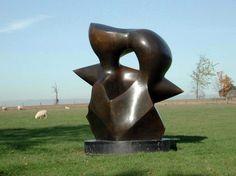 Dit sculptuur is gemaakt door Henry Moore, de titel van dit sculptuur is Large Spindle Piece. Hij is in 1968 gemaakt. Doordat in ieder geval de voorkant van het sculptuur volledig is gepolijst  en er ook scherpere hoeken in zitten lijkt het alsof het sculptuur omhoog groeit.