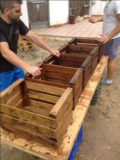 Make storage crates using pallets! No sense in spending $ when you can make them for free! Storage Crates, Pallet Storage, Storage Sheds, Outdoor Storage, Pallet Building, Building Plans, Pallet Wood, Pallet Crates, Wood Crates