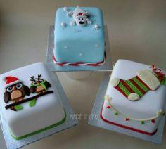 Mini cakes Mini Christmas Cakes, Christmas Themed Cake, Christmas Cake Designs, Christmas Cake Decorations, Christmas Sweets, Christmas Minis, Holiday Cakes, Christmas Cooking, Xmas Cakes