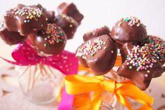 Čokoládové cake-pops neboli cukrátka na špejli – Jídlo jako dárek Cake Pops, Desserts, Food, Tailgate Desserts, Deserts, Essen, Postres, Meals, Dessert
