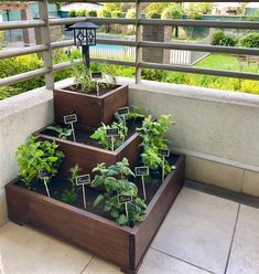DIY Strawberry Pyramid Planter - Vertical wooden strawberry planter Potager Palettes, Small Patio Ideas On A Budget, Vegetable Garden Design, Balcony Garden, Raised Garden Beds, Small Gardens, Garden Styles, Garden Projects, Backyard Landscaping