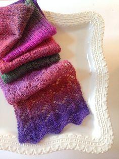 Nemt tørklæde med hulmønster. Godt til både ensfarvet garn og farveskiftegarn. Der er både diagram og tekst til det. Her i forstærket uld på pinde 4. Læs mere ...