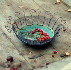 Soňa & smu: Srdcovka.  Misku jsem vyrobila odrátováním keramické misky se zelenou glazurou od Soni železným drátem. Drát je na okraji vytvarován do srdíček a ozdoben jasně červenými skleněnými korálky. Na misce se krásně vyjímají jablíčka, cibule, česnek, kaštany, šípky nebo další přírodniny.  Průměr keramické misky je 19,5 cm, max. průměr mísy je 31 cm. ...