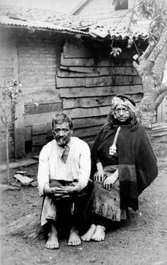Pareja mapuche / Año 1924. - Mapuche couple / ca. 1924 Rio Grande, Indigenous Tribes, Nose Art, Prehistory, Southern Cone, First Nations, People Around The World, Patagonia, South America