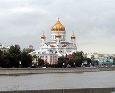 Blick über den Fluss Moskwa auf die 2000 wiederaufgebaute Christ-Erlöser-Kathedrale, welche 1931 abgerissen wurde, um das Grundstück für den Bau des Palastes zu benutzen