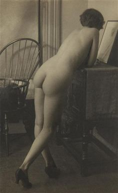 Standing Nude with Chair, di Paul Outerbridge Jr