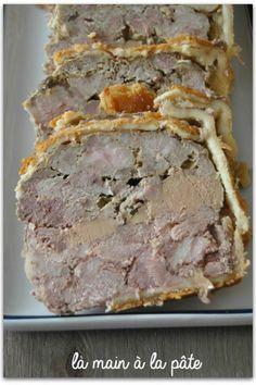Pâté en croûte réalisée avec la viande de porc et du foie gras