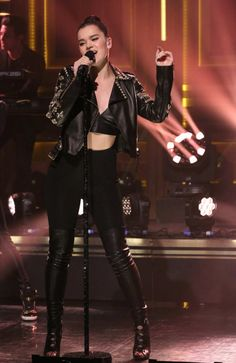 Hailee Steinfeld – 'The Tonight Show with Jimmy Fallon' in New York City Hailee Steinfeld, Stage Outfits, Casual Outfits, Fashion Outfits, Girl Outfits, Fashion Trends, Celebrity Outfits, Celebrity Style, Pitch Perfect