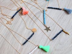 Les sautoirs fins et colorés de Chouette Fille pour accessoiriser un t-shirt basique
