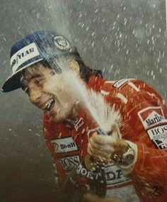 """""""Sei que há milhões de pessoas que correm comigo, que rezam para eu ter sucesso e veem em mim o seu reflexo. Essa ligação me faz feliz e gera o combustível para eu viver."""" ( Ayrton Senna )"""