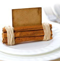 Tarjetero de mesa con ramas de canela.