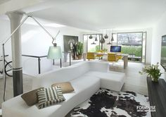 woonkamer | living | licht| bright | light | bank | couch | koeienhuid kleed | cowhide rug | Formwise.nl