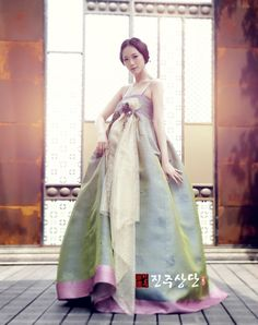Korean Traditional Dress, Traditional Fashion, Traditional Dresses, Korean Dress, Korean Outfits, Oriental Fashion, Asian Fashion, Modern Hanbok, Vogue Korea