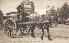 On transportait (et utilisait ŕ y regarder de plus prčs) des tonneaux d'arrosage... (carte postale, vers 1900)