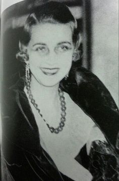 Barbara Hutton wearing her jade necklace